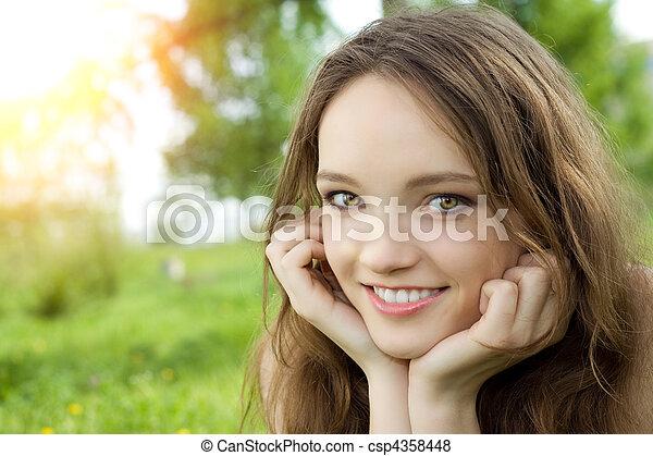 ブルネット, 牧草地, 若い, ティーネージャー, 微笑, 女の子 - csp4358448