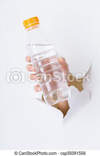 プラスチック, ペーパー, によって, びん, 穴, 手 - csp35091556