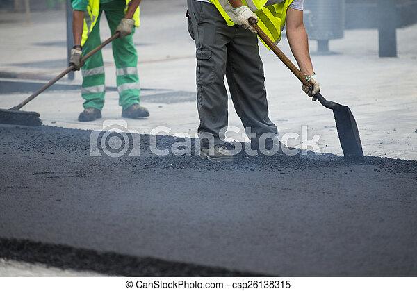 ペーバー, の間, 建設, 道, 機械, 作動, 労働者, アスファルト - csp26138315