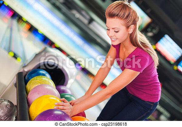 ボール, に対して, 細道, ball., 選択, 女性, 若い, ボウリング, 朗らかである, 微笑に立つこと, 間 - csp23198618