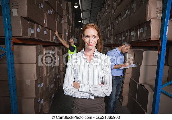 マネージャー, 微笑, カメラ, 倉庫 - csp21865963