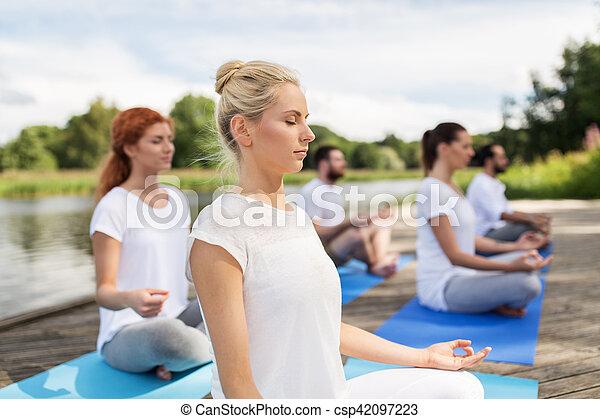 ヨガ 人々 ハスポーズ 瞑想する 屋外で 停泊 概念 ヨガ 人々 健康 瞑想する ポーズを取り