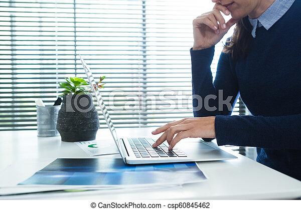 ラップトップ, 机, 女性, 使うこと, 経営者 - csp60845462