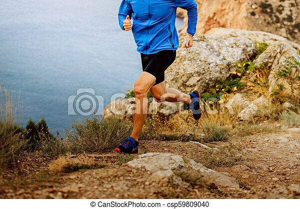 ランナー, 山, 走っている男性 - csp59809040