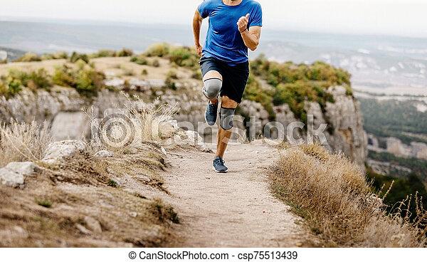 ランナー, 走っている男性 - csp75513439