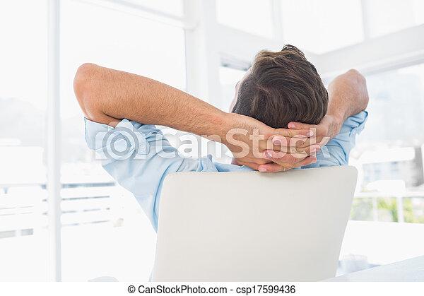 リラックスした, 手, 偶然, 光景, 休む, 頭, の後ろ, 人, 後部, オフィス, 明るい, 若い - csp17599436