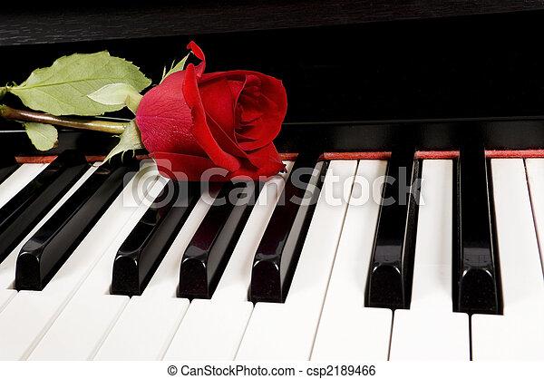 上升, 鋼琴, 紅色 - csp2189466