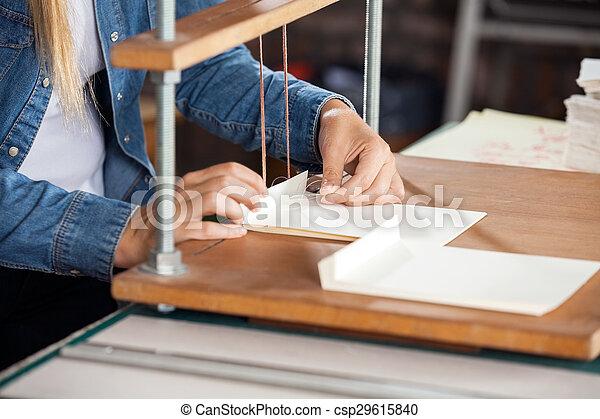 不良部分, ワークベンチ, 労働者, 女性, ペーパー - csp29615840