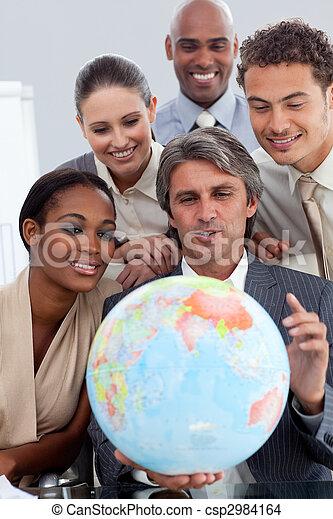 世界的である, 拡大, 多様, ビジネス, グループ, 微笑 - csp2984164