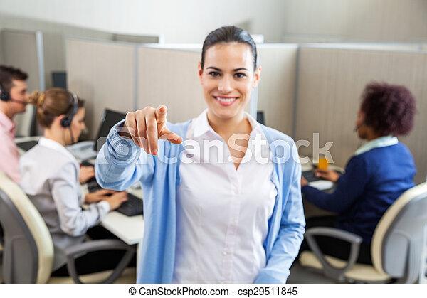 中心, オフィス, 呼出し, 女性の従業員, 指すこと - csp29511845