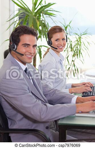 中心, 代理人, 電話, 微笑, 側視圖 - csp7976069