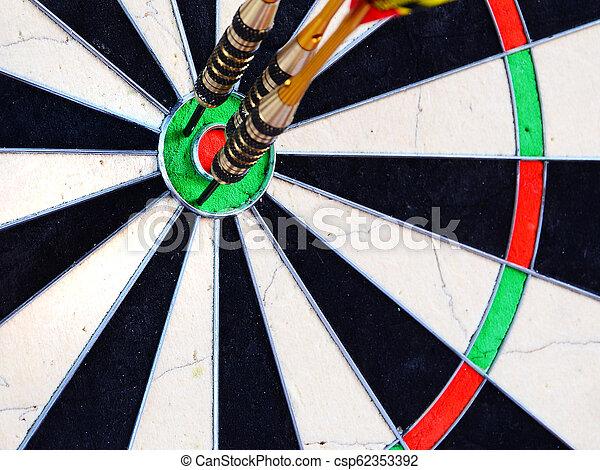 中心, dartboard., さっと動きなさい, ヒッティング, 矢, ターゲット - csp62353392