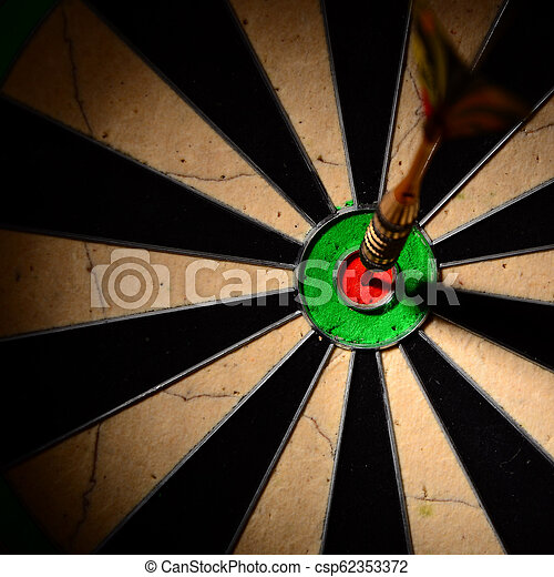 中心, dartboard., さっと動きなさい, ヒッティング, 矢, ターゲット - csp62353372