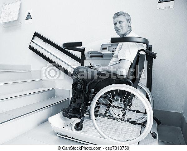 二階に, 無効, 上昇, 歩く, 装置, 椅子, 特別, 人 - csp7313750