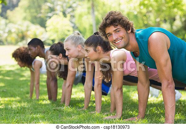 人々, 公園, 押し, グループ, ∥上げる∥, フィットネス - csp18130973