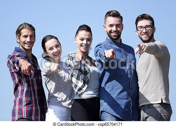 人々, 提示, チーム, 若い, 前方の手 - csp65704171
