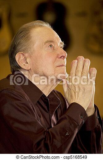 人, 祈ること, 年配, 教会 - csp5168549