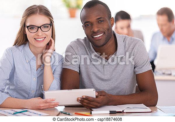 仕事, タブレット, ビジネス 人々, モデル, 2, 一緒に, 創造的, co-workers., 間, 他, デジタルバックグラウンド, 保有物, テーブル - csp18874608