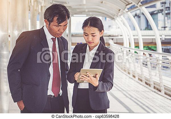 仕事, ビジネス, タブレット, 見る, チーム, 都市 - csp63598428