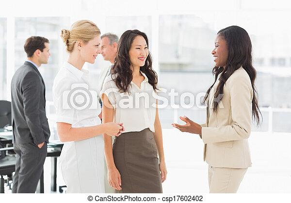 会議, 女性実業家, 一緒に, 話すこと, 部屋 - csp17602402