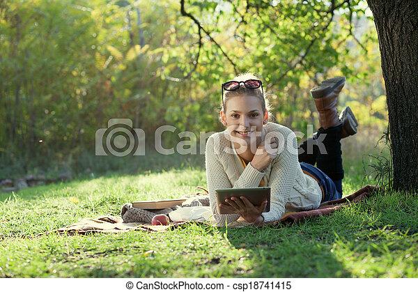 使うこと, 微笑の 女性, コンピュータ, 屋外で - csp18741415