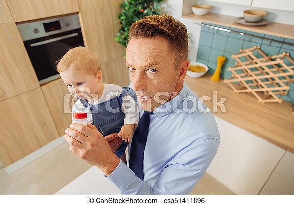 供給, 娘, 彼の, 深刻, 人, ミルク, すてきである - csp51411896