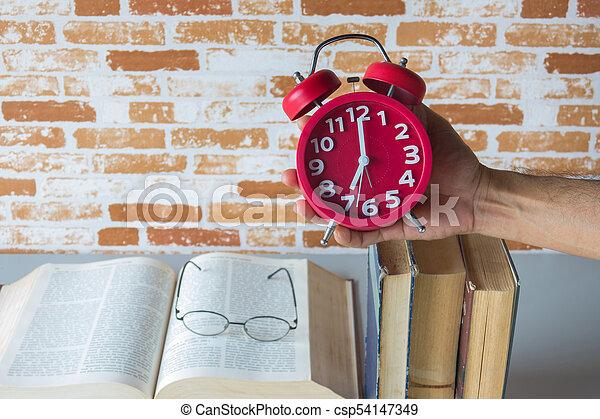 保有物, 時計, 警報, 本, の上, 時間, 読書, 開いた, 人 - csp54147349
