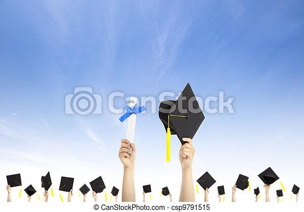 保有物, 証明書, 帽子, 卒業証書, 卒業, 手, 背景, 雲 - csp9791515