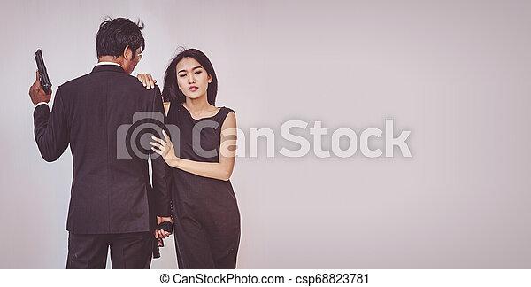 偶力がポーズを取る, 若い, 抱き合う, 銃 - csp68823781