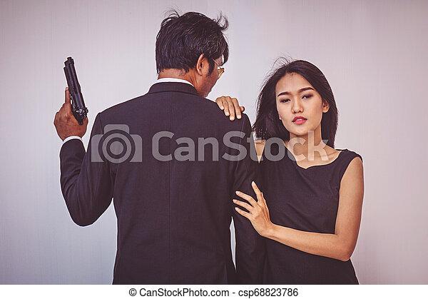 偶力がポーズを取る, 若い, 抱き合う, 銃 - csp68823786