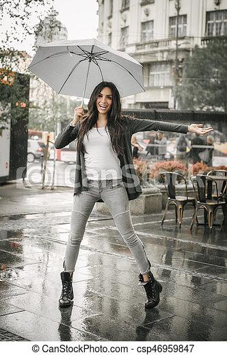 傘, 女性のダンス, 水たまり, 雨, はね返し - csp46959847