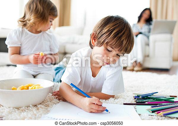 兄弟, 床, チップ, うれしい, 図画, あること, 食べること - csp3056050
