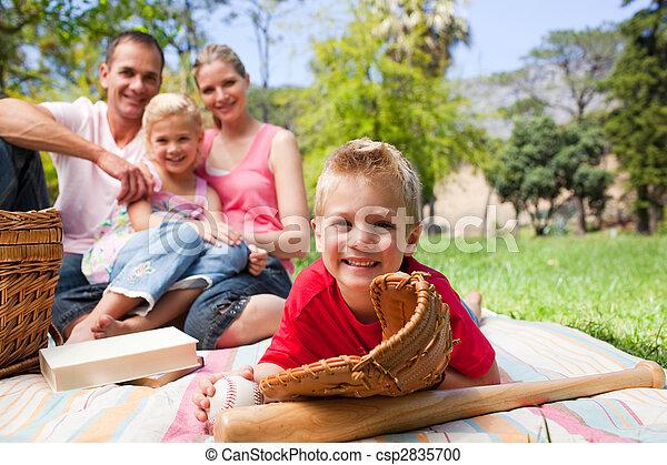 公園, わずかしか, 彼の, 持つこと, 間, 微笑, 手袋, 家族, 男の子, 野球, 身に着けていること, ピクニック - csp2835700