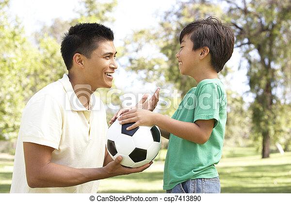 公園, フットボール, 父, 息子 - csp7413890
