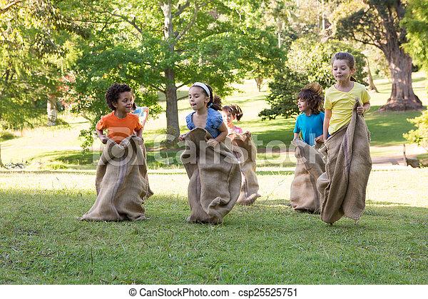公園, 持つこと, 子供, レース, 袋 - csp25525751