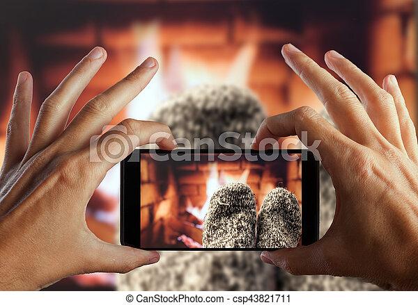 写真, 毛織りである, ソックス, 手, フィート, 作成, fireplace. - csp43821711