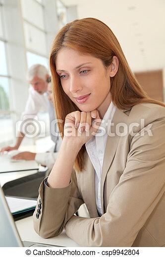 前部, 女性実業家, ラップトップ, 微笑 - csp9942804