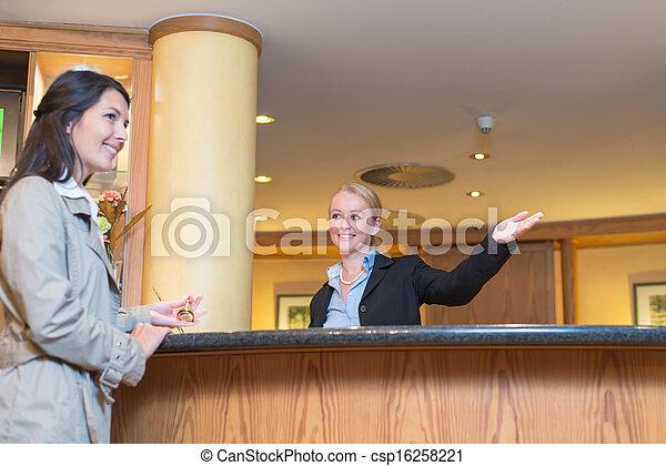 助力, 微笑, ホテルの ゲスト, 受付係 - csp16258221
