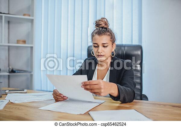 労働者のオフィス, ビジネス, 若い 女の子, documents. - csp65462524