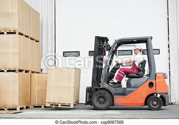 労働者, フォークリフト, 運転手, 積込み機, 倉庫, 仕事 - csp9067566