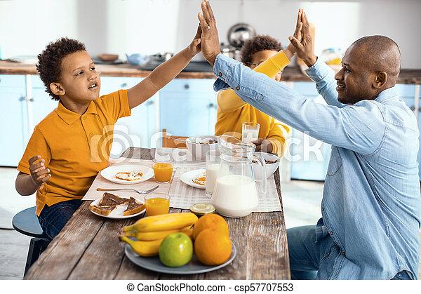 単一親 家族, 他, それぞれ, 弱拍, 朝食, high-fiving - csp57707553
