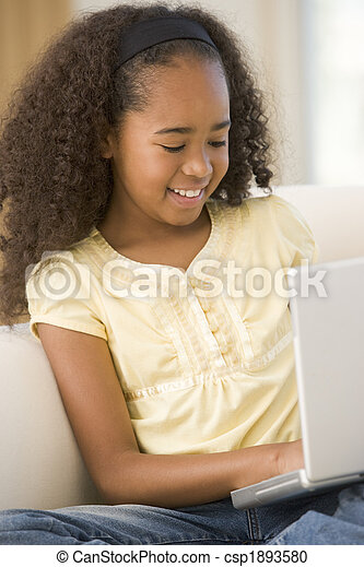 反響室, ラップトップ, 若い, 使うこと, 女の子の微笑 - csp1893580