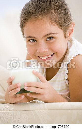 反響室, 女の子, 若い, 飲むこと, 微笑, ミルク - csp1706720