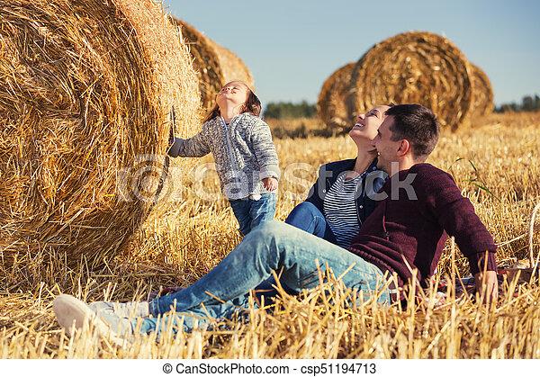 古い, 家族, 干し草, 若い, 次に, フィールド, 2, 年, 女の子, 幸せ, ベール, 収穫される - csp51194713