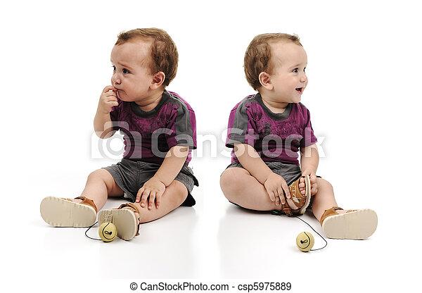 叫ぶこと, happy., モデル, 怒る, 打撃。, 1(人・つ), 男の子, twin, スタジオ, 一緒に。, もう1(つ・人), 赤ん坊, 悲しい - csp5975889