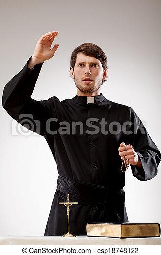 司祭, 説教, 説教 - csp18748122