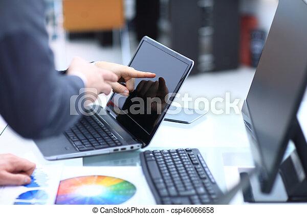 同僚, ビジネス, タブレット, 論じる, ラップトップ, 2, strateg, 電話, コンピュータ, デジタル, ビジネスマン, データ, 痛みなさい - csp46066658
