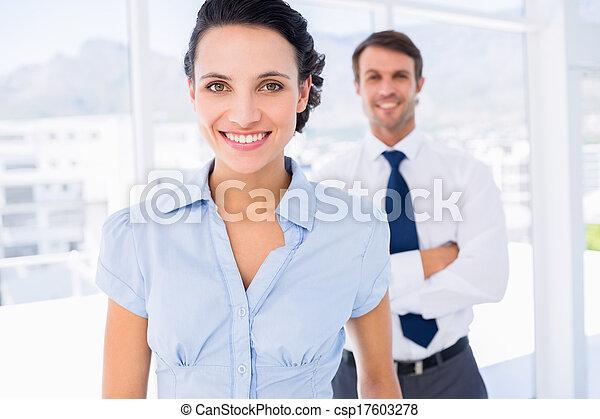 同僚, 女性実業家, 微笑, マレ, 背景 - csp17603278