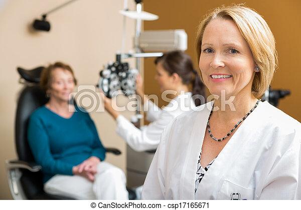 同僚, 検査, 患者, 検眼士, 確信した - csp17165671