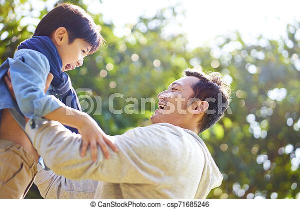 喜び, 父, 息子, アジア 子供, 持ち上がること - csp71685246